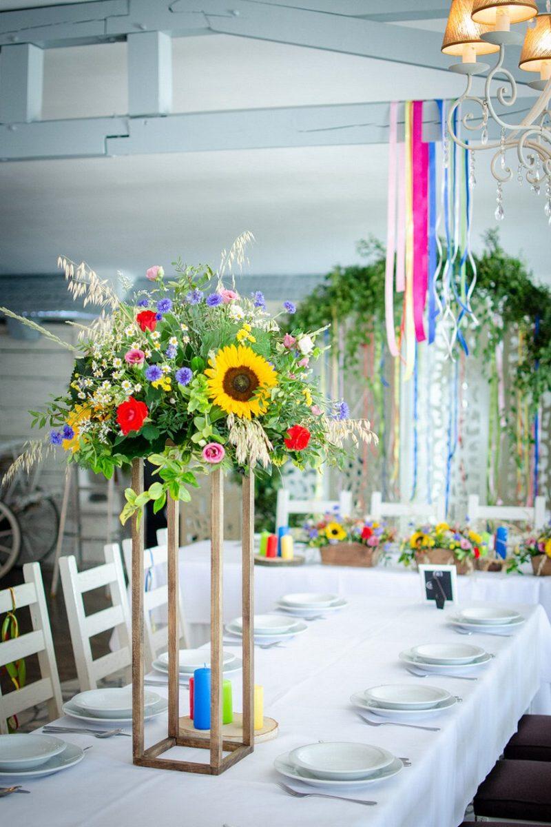 kolorowe kwiaty na ślubie