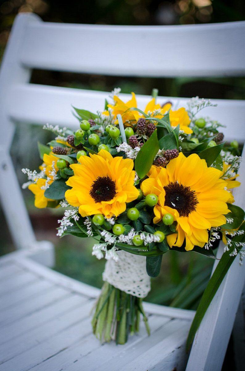 bukiet ślubny z kolorowych kwiatów